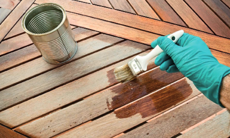 Επάλειψη ξύλου με φυσικά έλαια