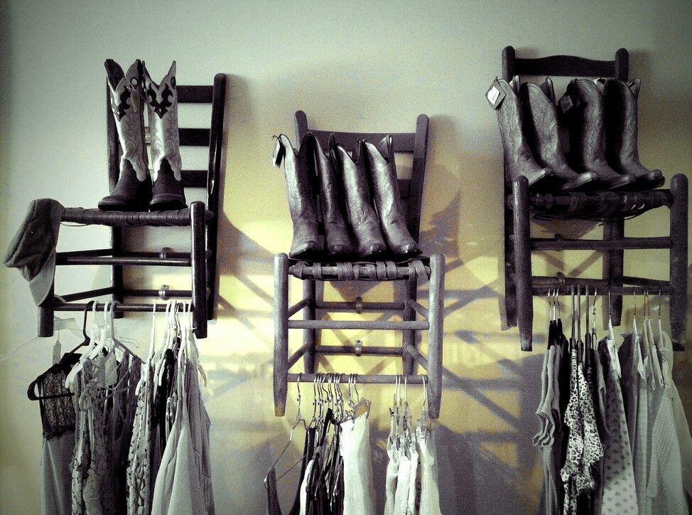 ντουλάπα στον τοίχο μόνο με καρέκλα